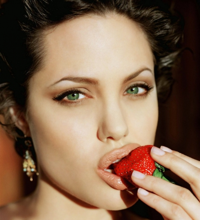 angelina-jolie-eat-strawberries How Can I Whiten My Teeth Easily & Naturally?