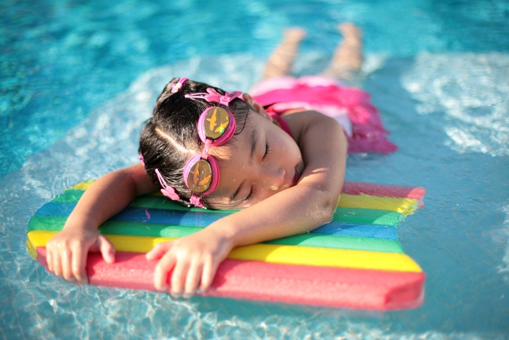 Girl-with-styrofoam-swimming-board 13 Swimming Safety Tips You Have to Know before Going to the Beach