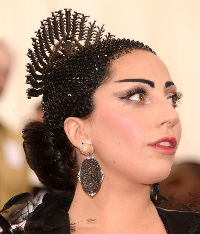 weird-headpiece 15 Worst Celebrity Hairstyles ... [You Will Be Shocked]