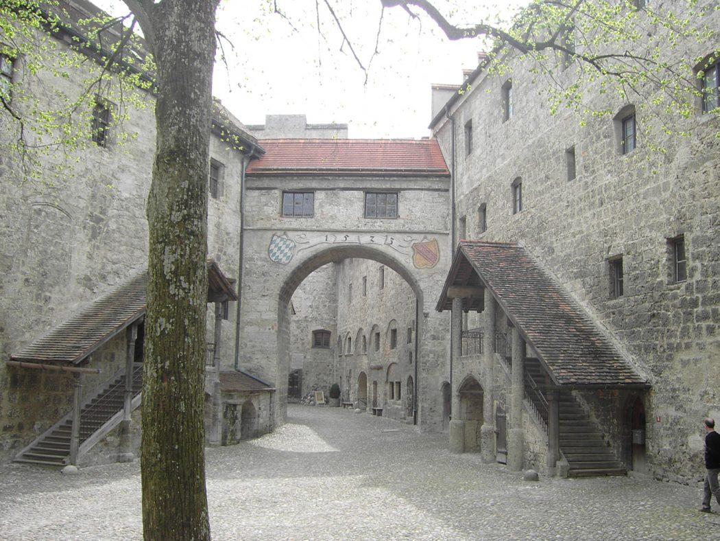 BurghausenCastleMainCourt Top 10 Biggest Castles in History
