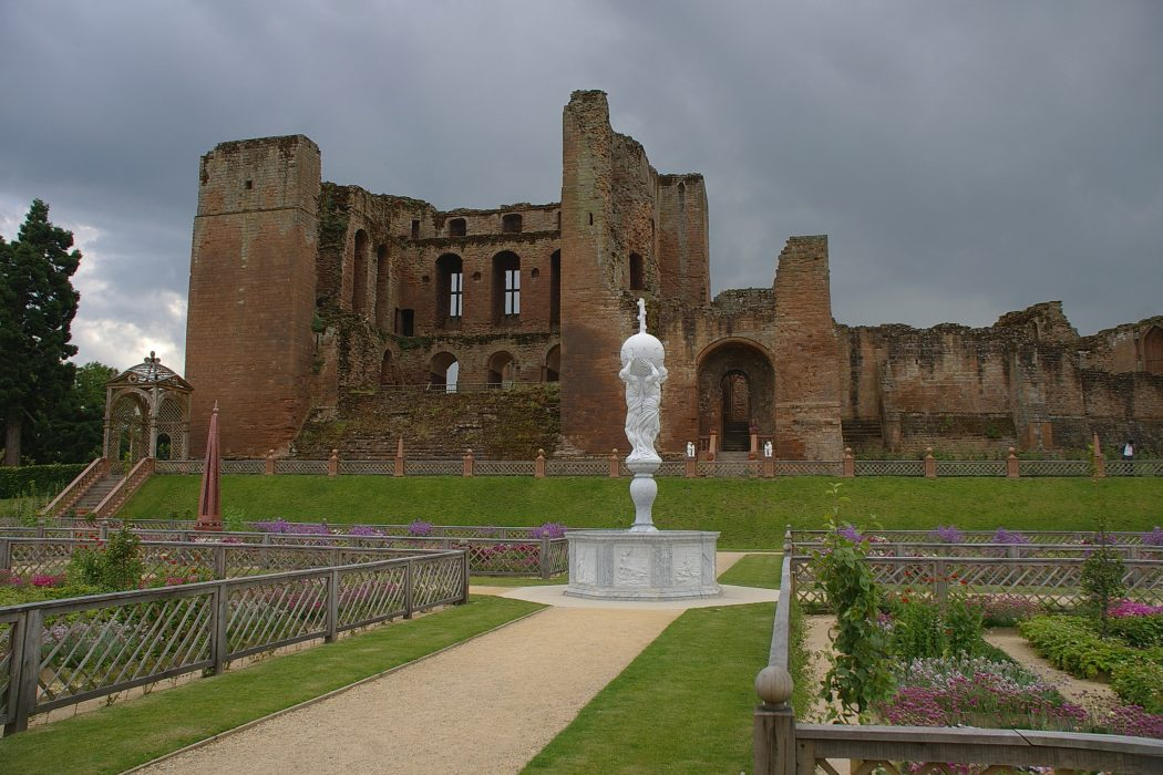 Kenilworth_Castle_MMB_08 Top 10 Biggest Castles in History