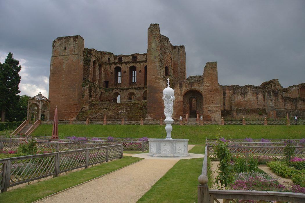 Kenilworth_Castle_MMB_08 Top 10 Biggest Castles in History