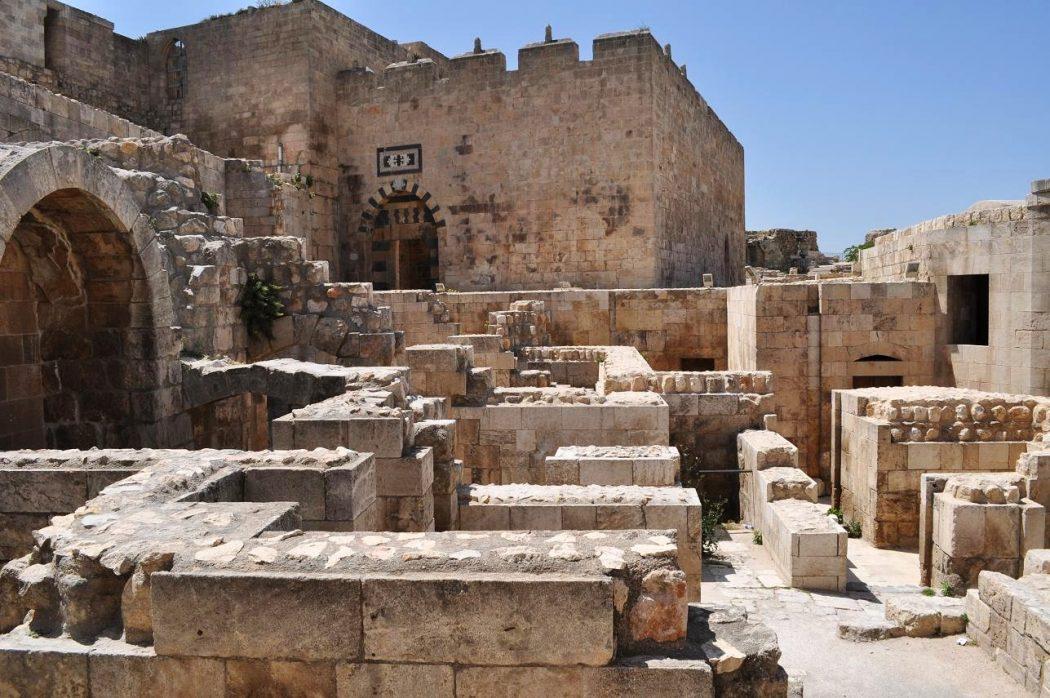 syria_aleppo_citadel4 Top 10 Biggest Castles in History