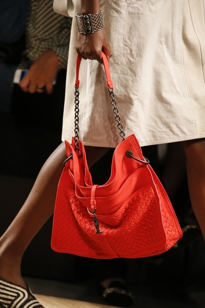 chains-1 75 Hottest Handbag Trends for Women in 2020