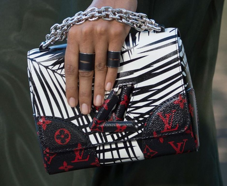 chains-12 75 Hottest Handbag Trends for Women in 2020