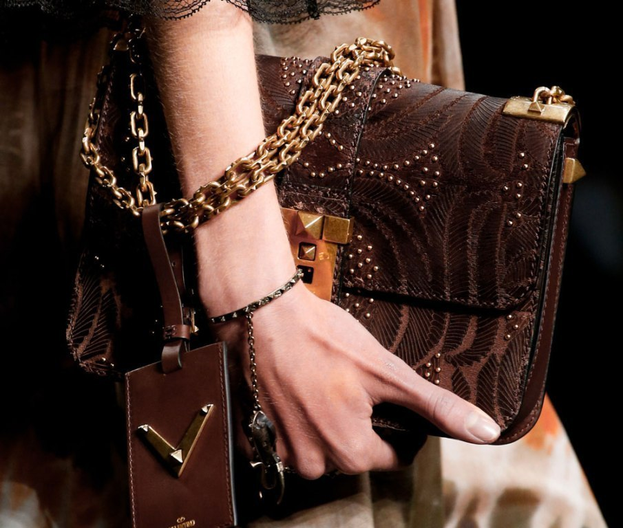 chains-19 75 Hottest Handbag Trends for Women in 2019