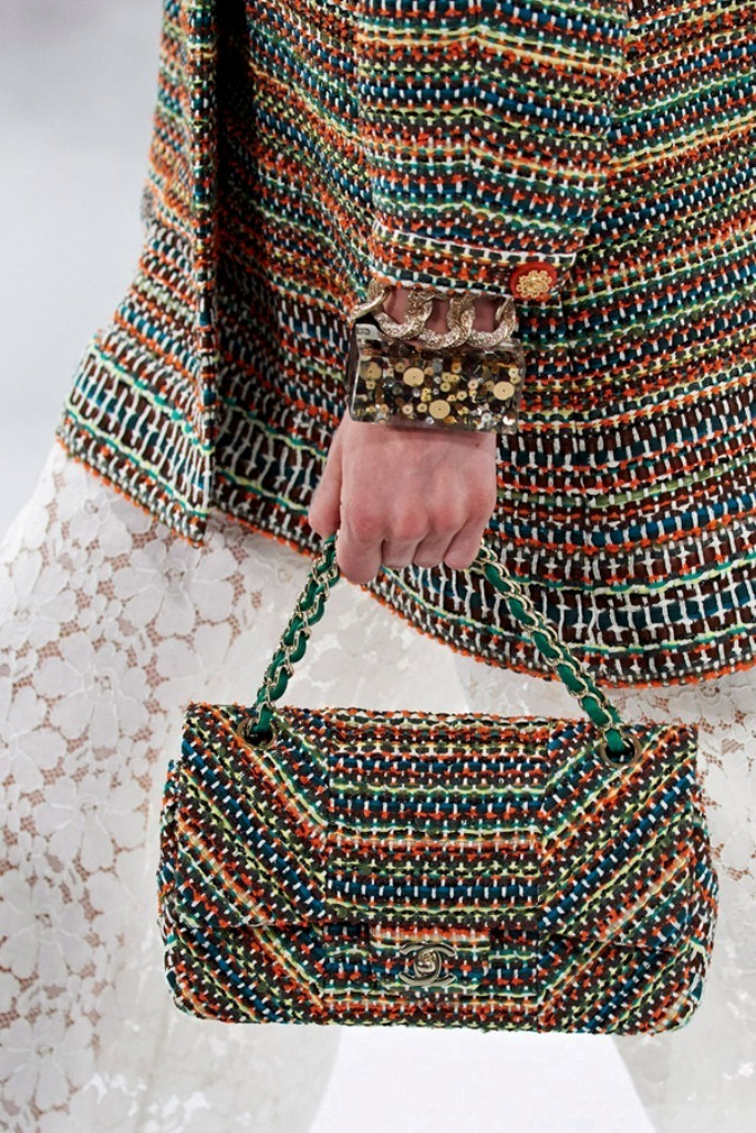 chains-3 75 Hottest Handbag Trends for Women in 2019
