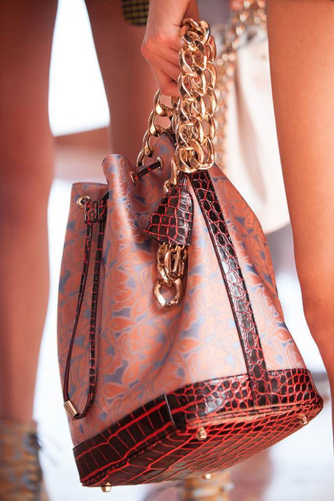 chains-4 75 Hottest Handbag Trends for Women in 2019