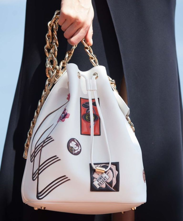chains-8 75 Hottest Handbag Trends for Women in 2020