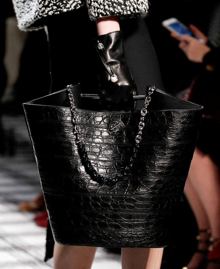 chains 75 Hottest Handbag Trends for Women in 2019