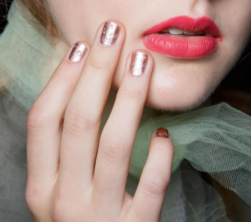 metallic-nails-4 45+ Hottest & Catchiest Nail Polish Trends in 2021
