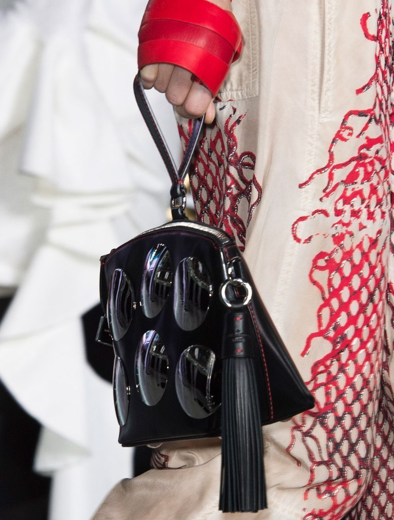 several-ways-for-carrying-bags-11 75 Hottest Handbag Trends for Women in 2019
