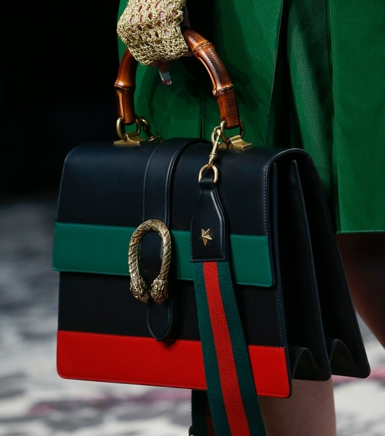 several-ways-for-carrying-bags-2 75 Hottest Handbag Trends for Women in 2020