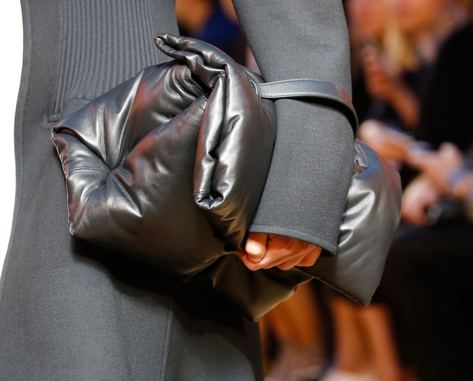 several-ways-for-carrying-bags-3 75 Hottest Handbag Trends for Women in 2020