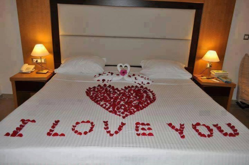 valentines-day-bedroom-decoration-1 61 Awesome Valentine's Day Decoration Ideas