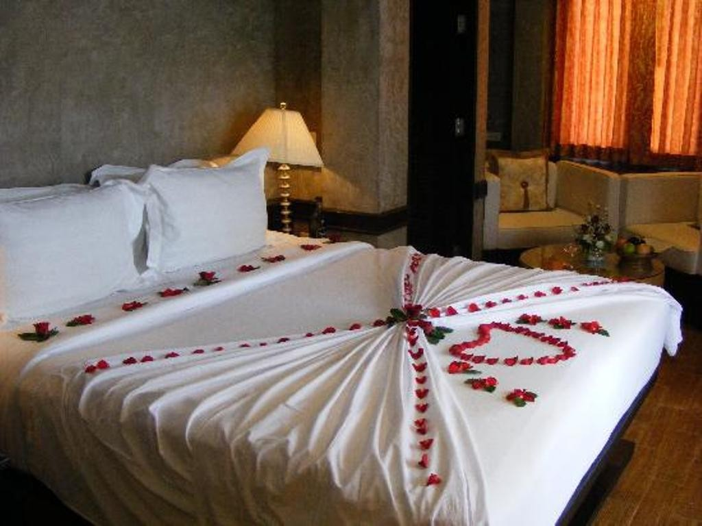 valentines-day-bedroom-decoration-3 61 Awesome Valentine's Day Decoration Ideas