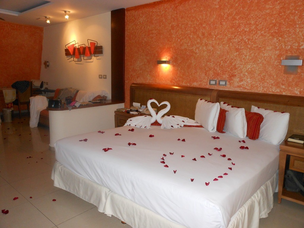 valentines-day-bedroom-decoration-5 61 Awesome Valentine's Day Decoration Ideas