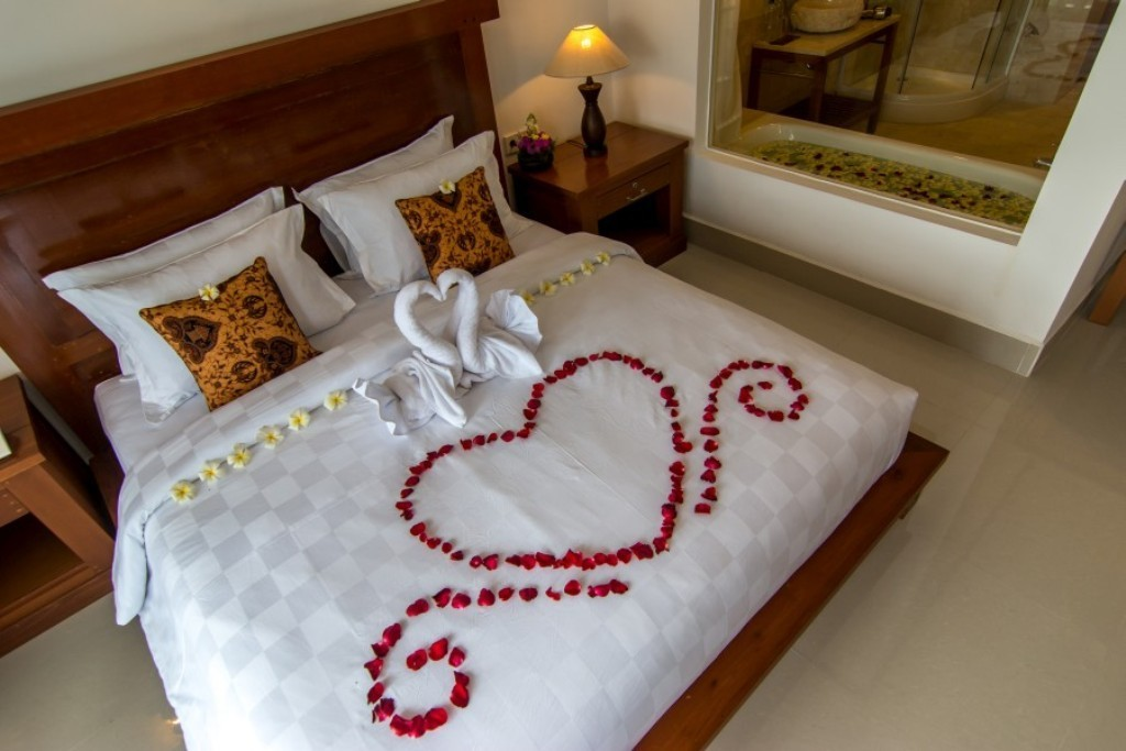 valentines-day-bedroom-decoration-7 61 Awesome Valentine's Day Decoration Ideas