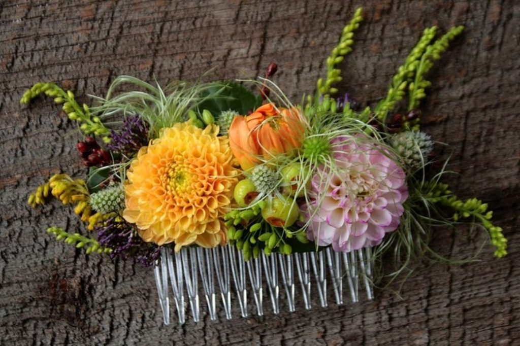 Flower-hair-comb-9 50+ Most Creative Ideas to Put Flowers in Your Hair ...