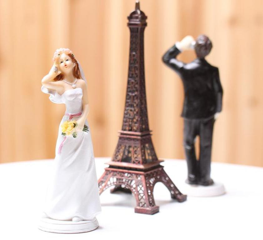 Hashtag-Wedding-cake-toppers-3 50+ Funniest Wedding Cake Toppers That'll Make You Smile [Pictures] ...