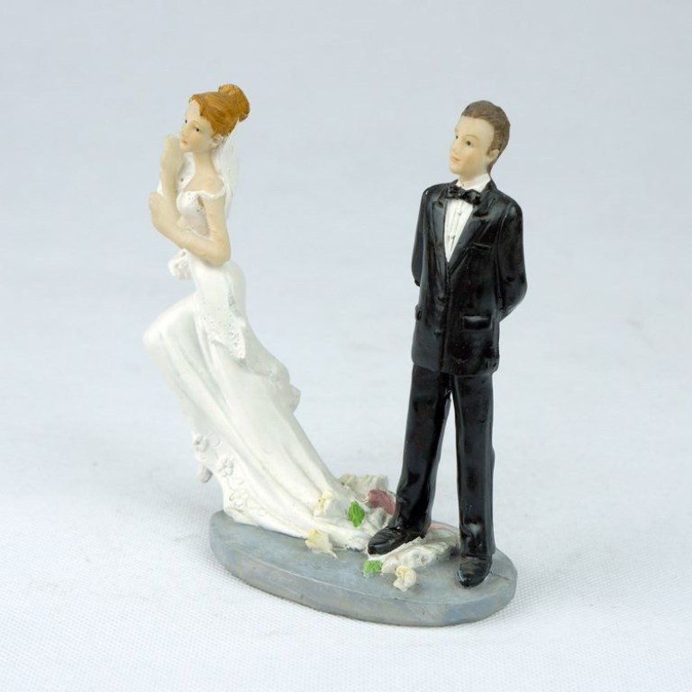 Runaway-Brides-wedding-cake-toppers-2 50+ Funniest Wedding Cake Toppers That'll Make You Smile [Pictures] ...