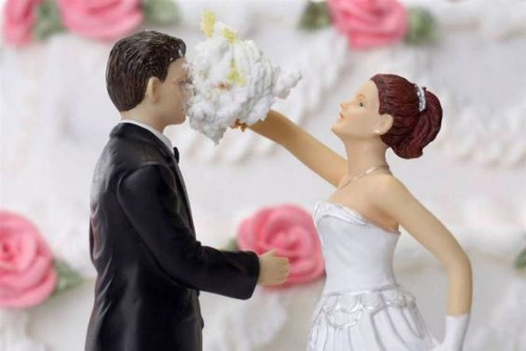 funny-wedding-cake-toppers-8 50+ Funniest Wedding Cake Toppers That'll Make You Smile [Pictures] ...