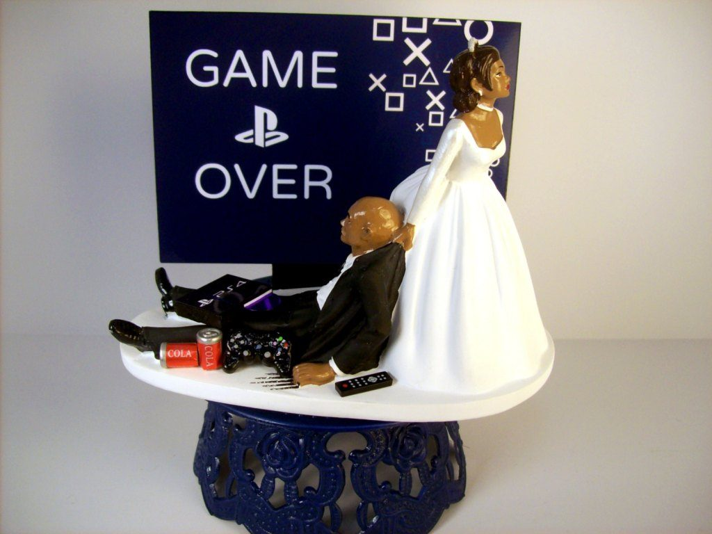 game-over-wedding-cake-toppers-2 50+ Funniest Wedding Cake Toppers That'll Make You Smile [Pictures] ...