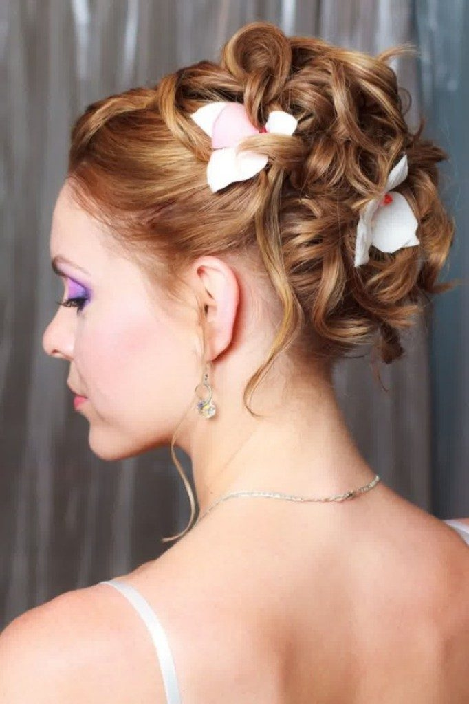 hair-flowers-1 50+ Most Creative Ideas to Put Flowers in Your Hair ...
