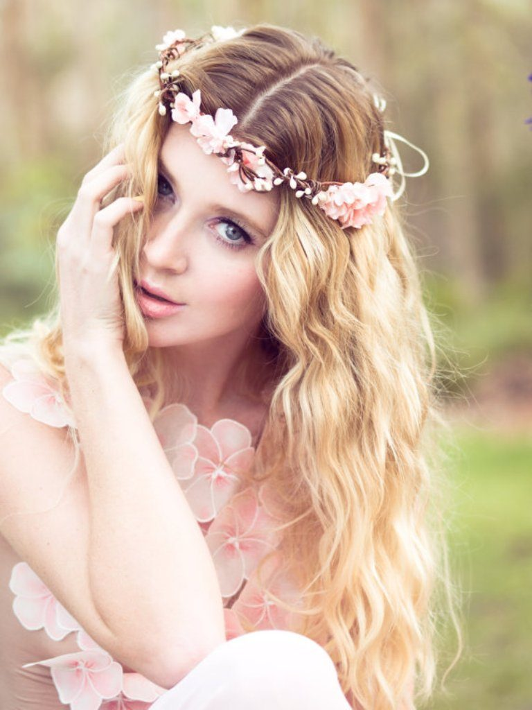 hair-flowers-11 50+ Most Creative Ideas to Put Flowers in Your Hair ...