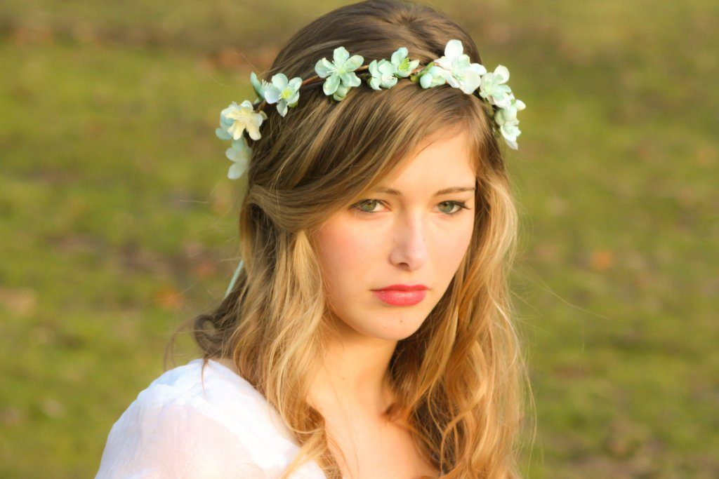 hair-flowers-22 50+ Most Creative Ideas to Put Flowers in Your Hair ...