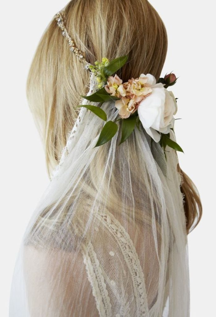 hair-flowers-5 50+ Most Creative Ideas to Put Flowers in Your Hair ...