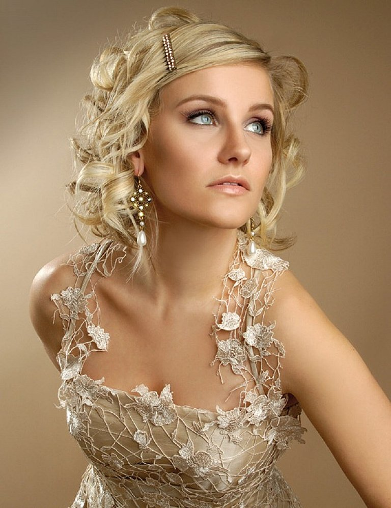 Beach-wedding-medium-hairstyles-with-hairpin-for-blonde-curly-hair Sexiest Prom Hairstyles for Short Hairs