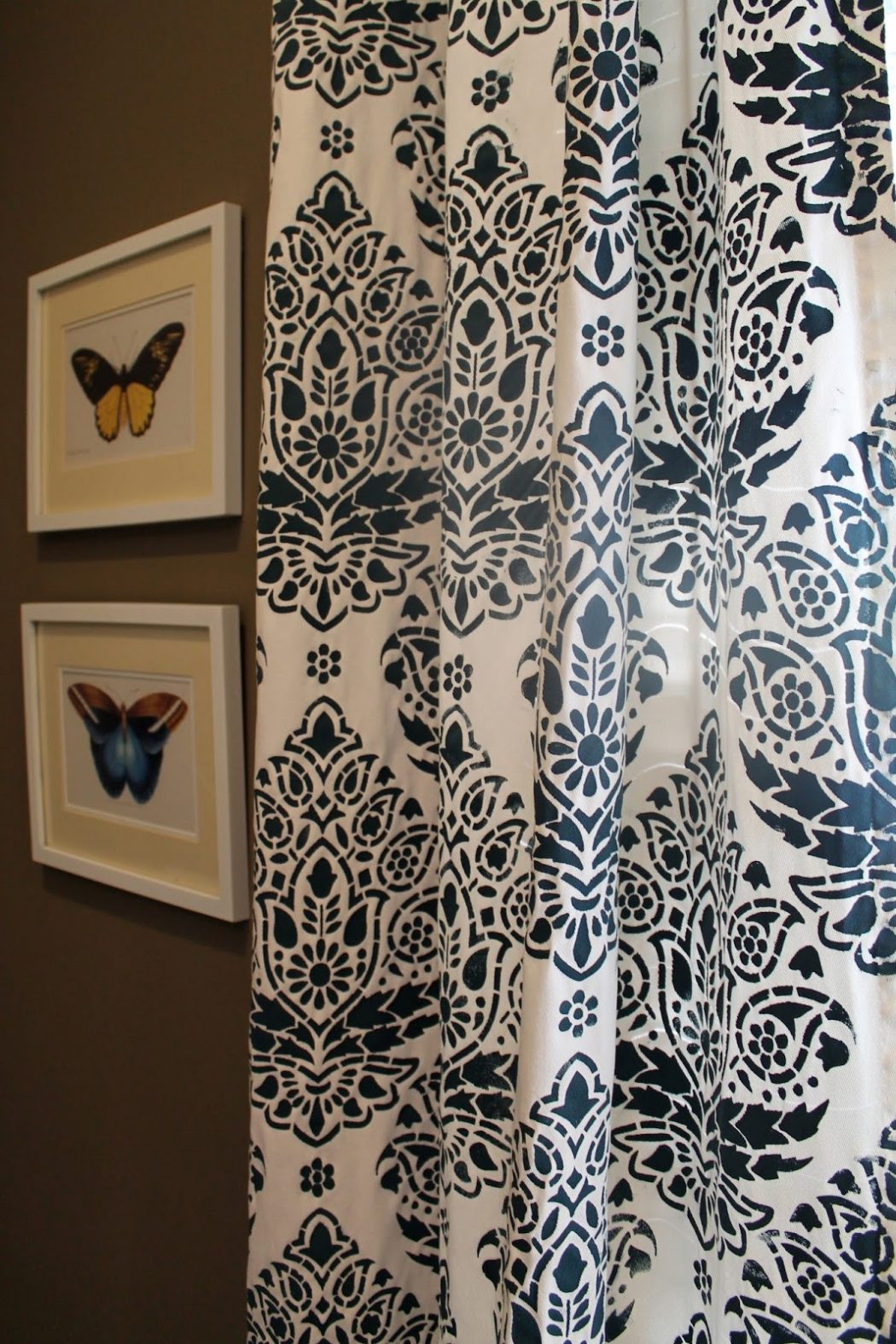 Stenciled-Curtains4 37+ Creative Curtains Design Ideas To DIY