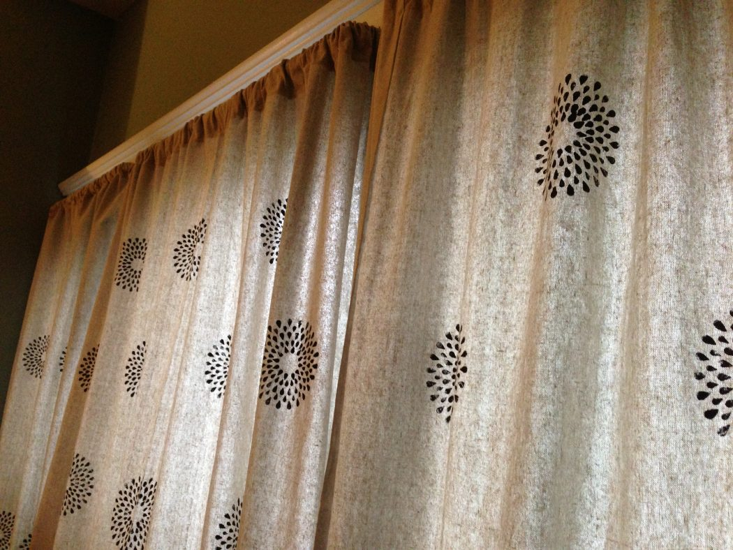 Stenciled-Curtains5 37+ Creative Curtains Design Ideas To DIY