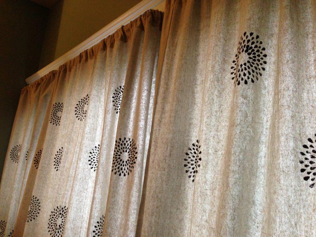 Stenciled-Curtains5 37+ Creative Curtains Design Ideas To DIY