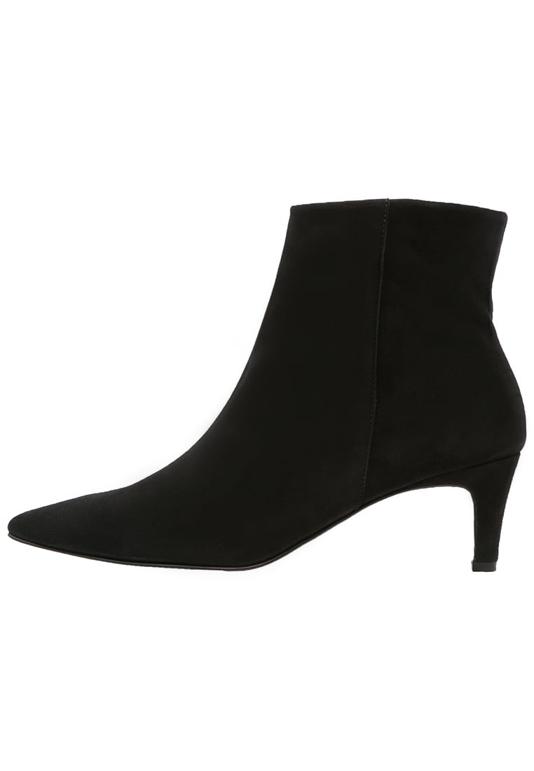classic-boots5 Top 10 Most Stylish Boot Trends