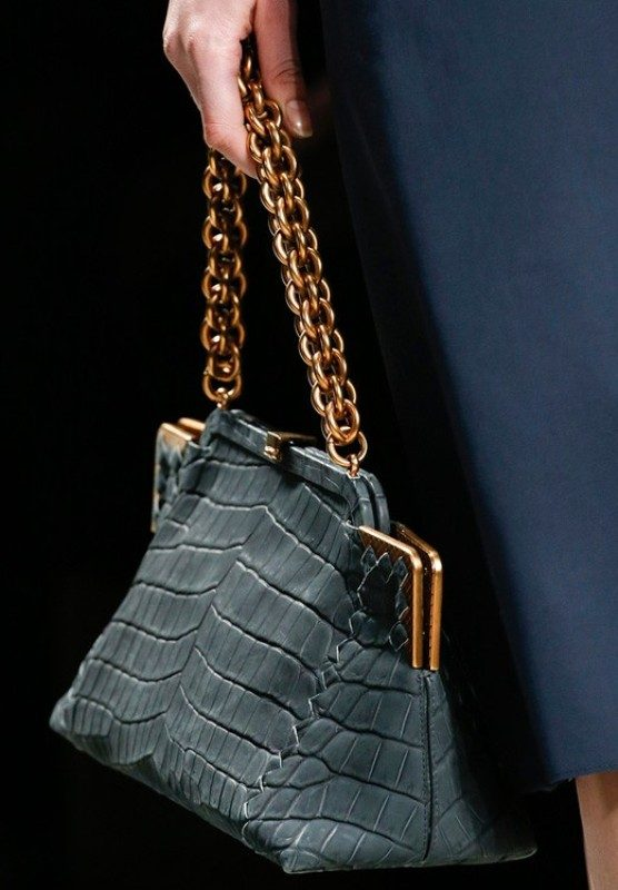 chain-straps-5 26+ Awesome Handbag Trends for Women in 2020