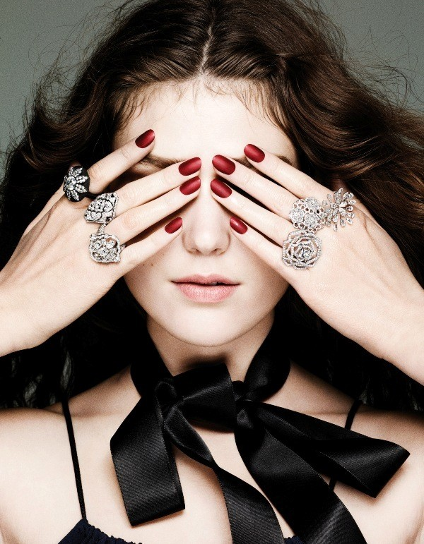 multiple-rings-on-one-hand-3 23+ Most Breathtaking Jewelry Trends in 2021 - 2022