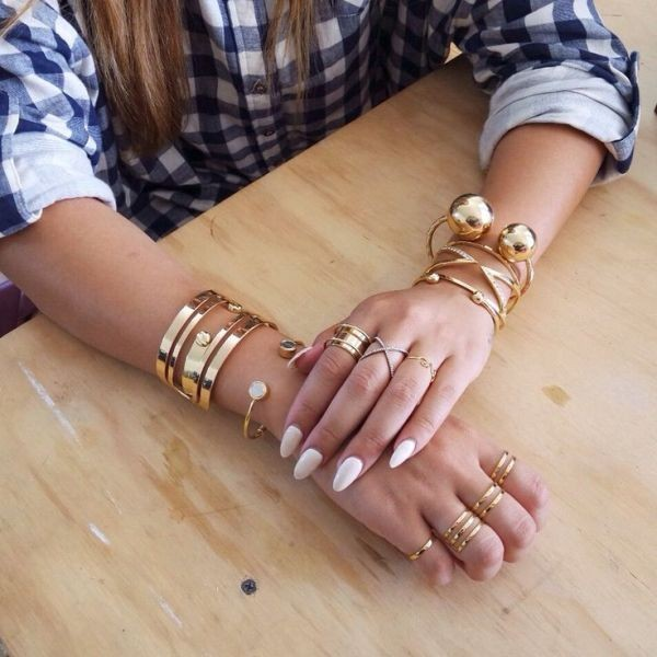 multiple-rings-on-one-hand-5 23+ Most Breathtaking Jewelry Trends in 2021 - 2022