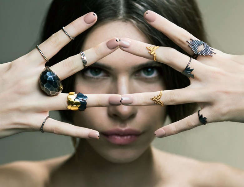 multiple-rings-on-one-hand-6 23+ Most Breathtaking Jewelry Trends in 2020