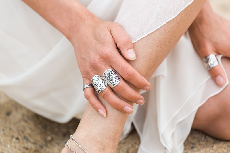 multiple-rings-on-one-hand-7 23+ Most Breathtaking Jewelry Trends in 2021 - 2022