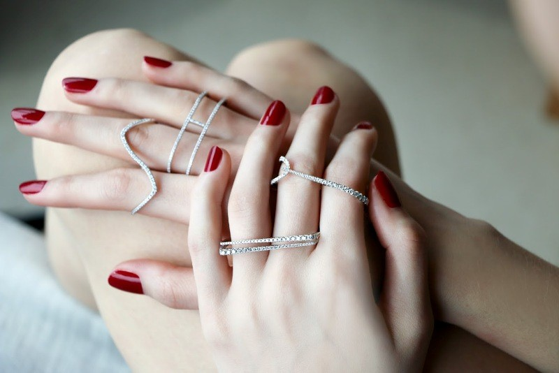 multiple-rings-on-one-hand-8 23+ Most Breathtaking Jewelry Trends in 2021 - 2022
