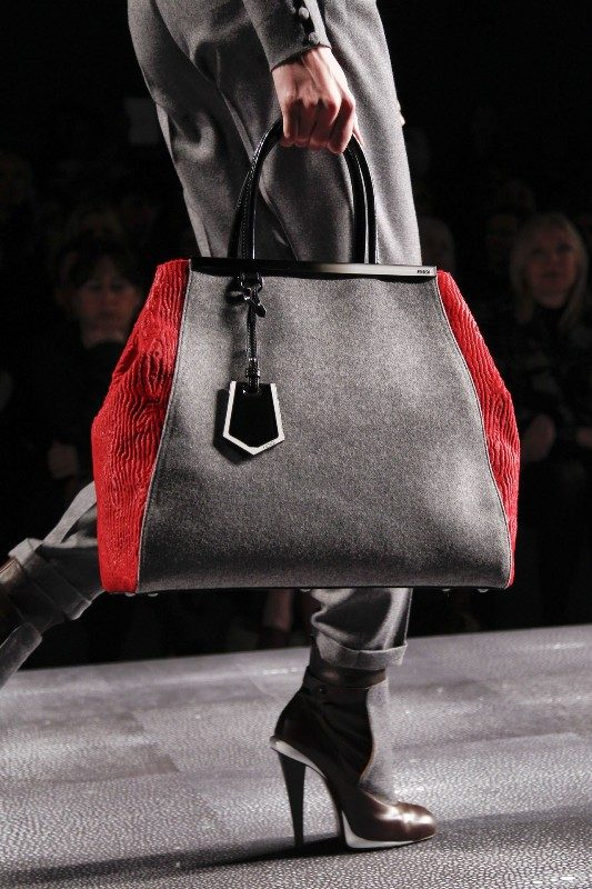 oversized-handbags-4 26+ Awesome Handbag Trends for Women in 2020