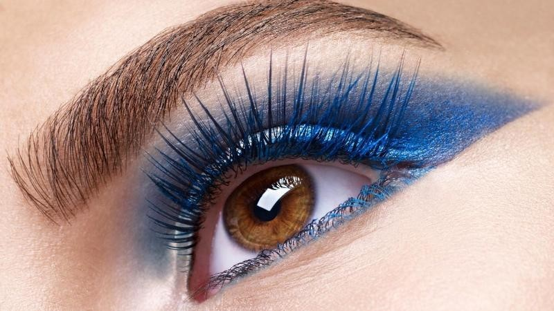 blue-eye-shadow-2 14 Makeup Trends to Be More Gorgeous in 2017