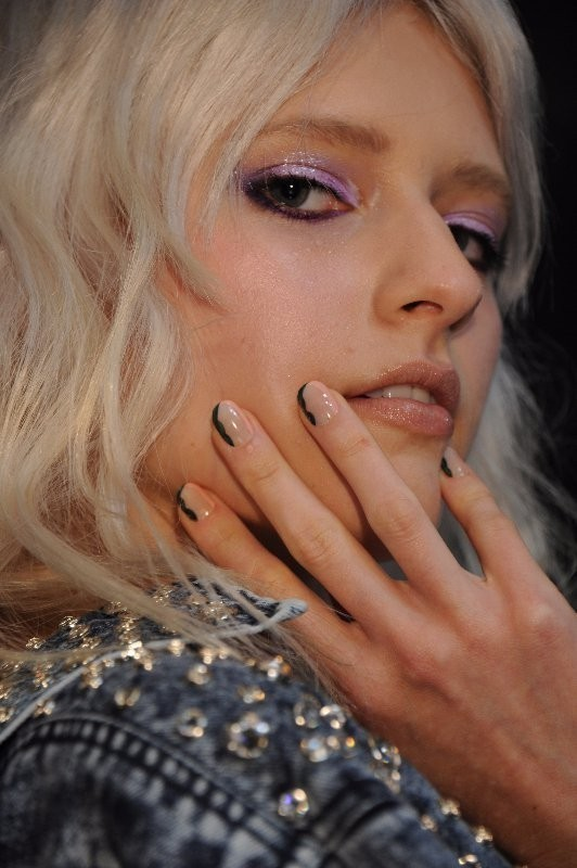 negative-space-nails-2 28+ Dazzling Nail Polish Trends You Must Try in 2018