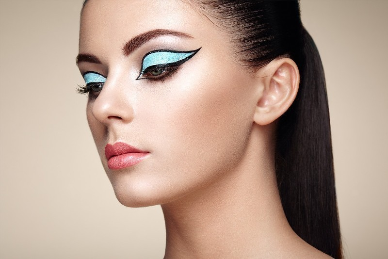 statement-liner-and-graphic-eyes-11 14 Makeup Trends to Be More Gorgeous in 2017