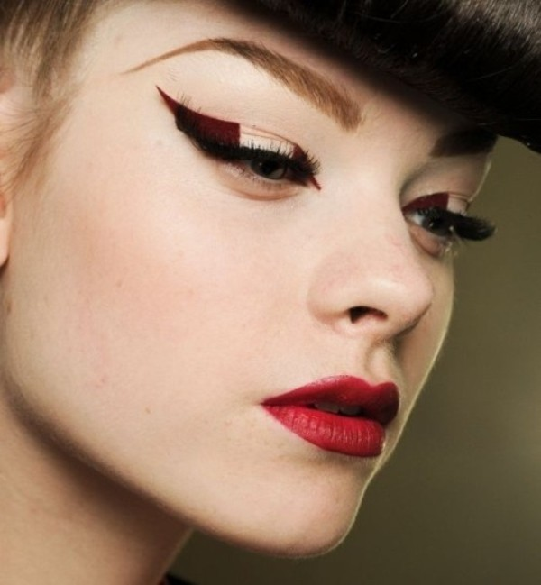 statement-liner-and-graphic-eyes-14 14 Latest Makeup Trends to Be More Gorgeous in 2020