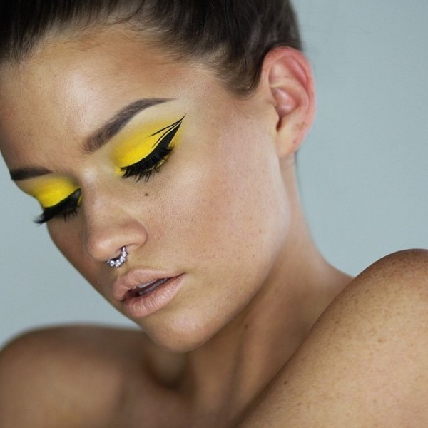statement-liner-and-graphic-eyes-15 14 Latest Makeup Trends to Be More Gorgeous in 2020