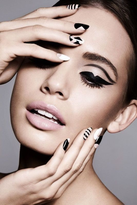 statement-liner-and-graphic-eyes-17 14 Latest Makeup Trends to Be More Gorgeous in 2020