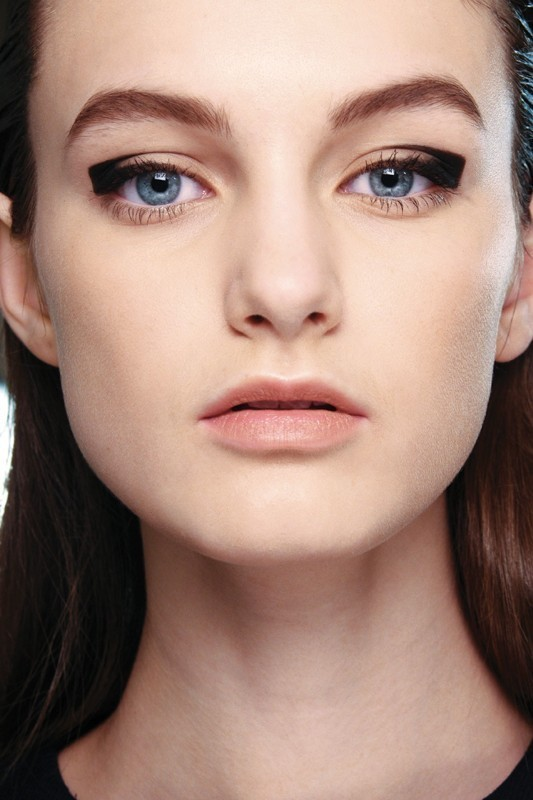 statement-liner-and-graphic-eyes 14 Latest Makeup Trends to Be More Gorgeous in 2020